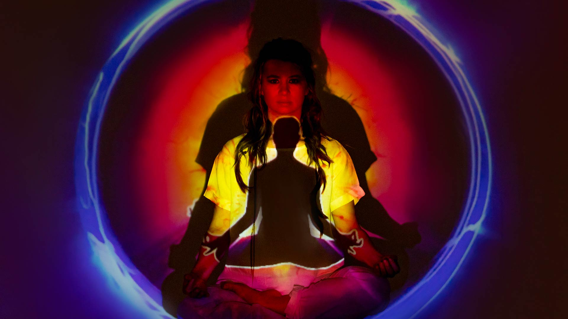 Ragazza centrata nell'atto della meditazione